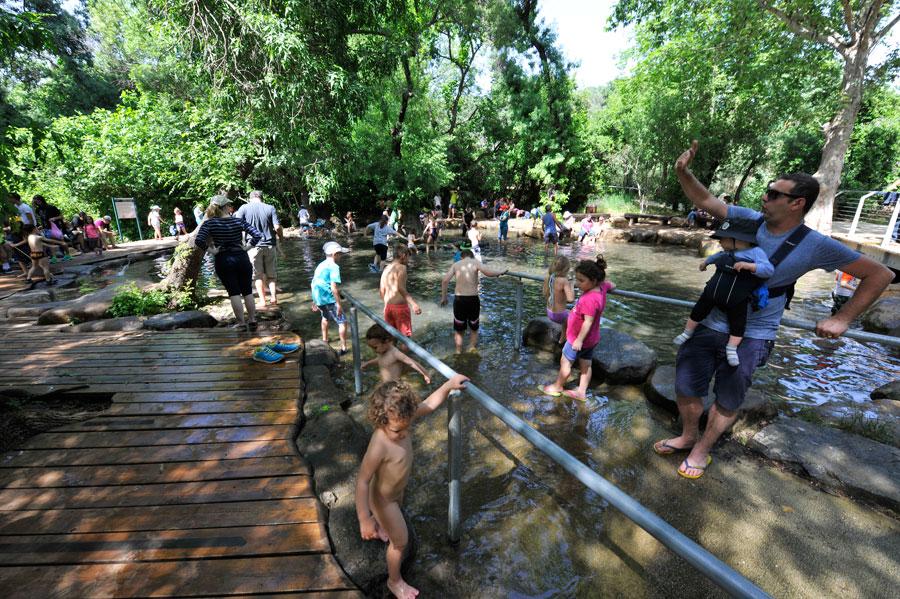 Der Pool bietet Kindern und Erwachsenen eine wohltuende Erfrischung an heißen Tagen. (© Matthias Hinrichsen)
