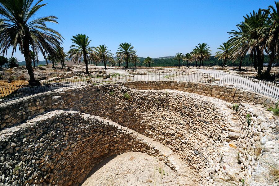 Historische Vorratshaltung in Megiddo im riesigen Kornspeicher. (© Matthias Hinrichsen)