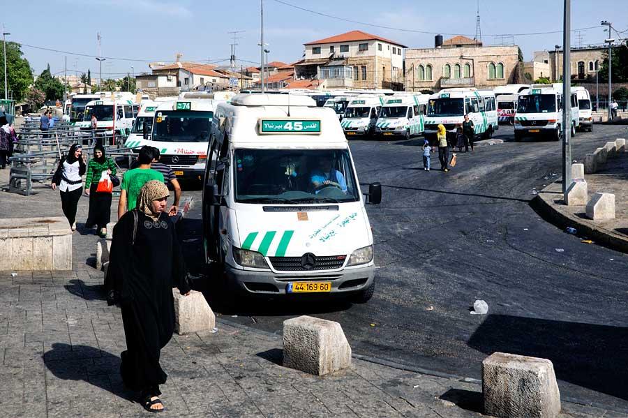 Arabische Sherut-Taxis bringen Sie in alle arabischen Orte wie Bethlehem, Jericho oder auch den Ostteil Jerusalems wie zum Beispiel den Ölberg (Linie 75). (© Matthias Hinrichsen)