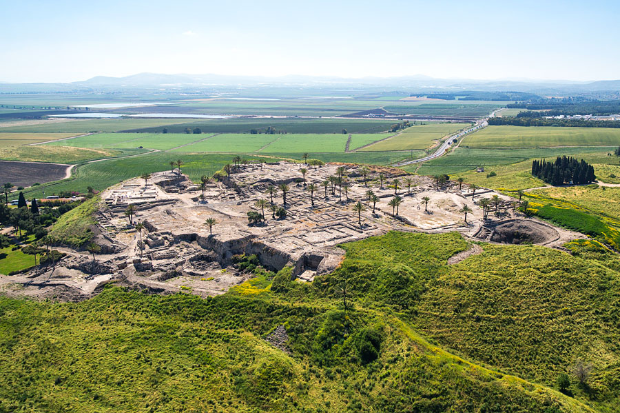 Aus der Luft betrachtet, gewinnt man einen sehr guten Blick auf das Tel Megiddo. (© IGTO)