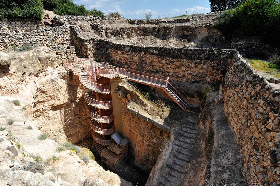 Bis zum Grundwasserspiegel in 45 Metern Tiefe reichte das ausgeklügelte Wasserversorgungssystem von Tel Hazor. (© Matthias Hinrichsen)
