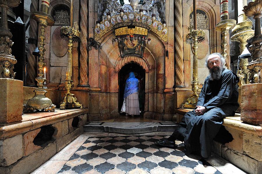 Orthodoxe Geistliche regeln den Einlass zum Grabstein Jesu. (© Matthias Hinrichsen)