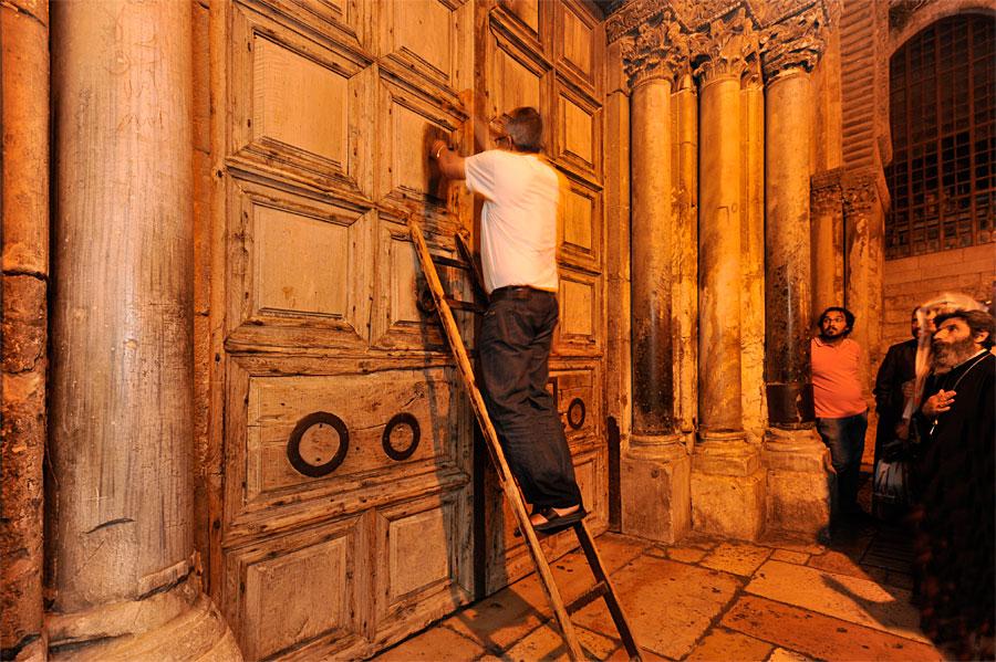 Die Grabeskirche wird durch ein Mitglied der arabischen Familie verschlossen. (© Matthias Hinrichsen)