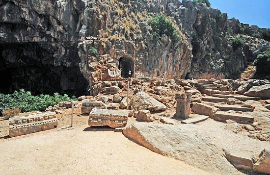 Die Banias Quelle: Heiligtum des griechischen Gottes Pan und Quelle eines Jordanflusses. (© Matthias Hinrichsen)