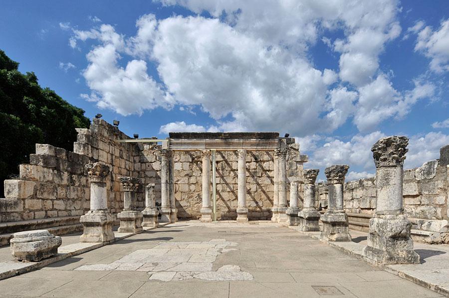 Nicht aus Jesu Zeiten: die Synagoge mit rekonstruierten Säulen. (© Matthias Hinrichsen)