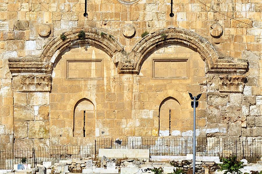 Goldenes Tor mit muslimischen Gräbern direkt davor. (© Matthias Hinrichsen)