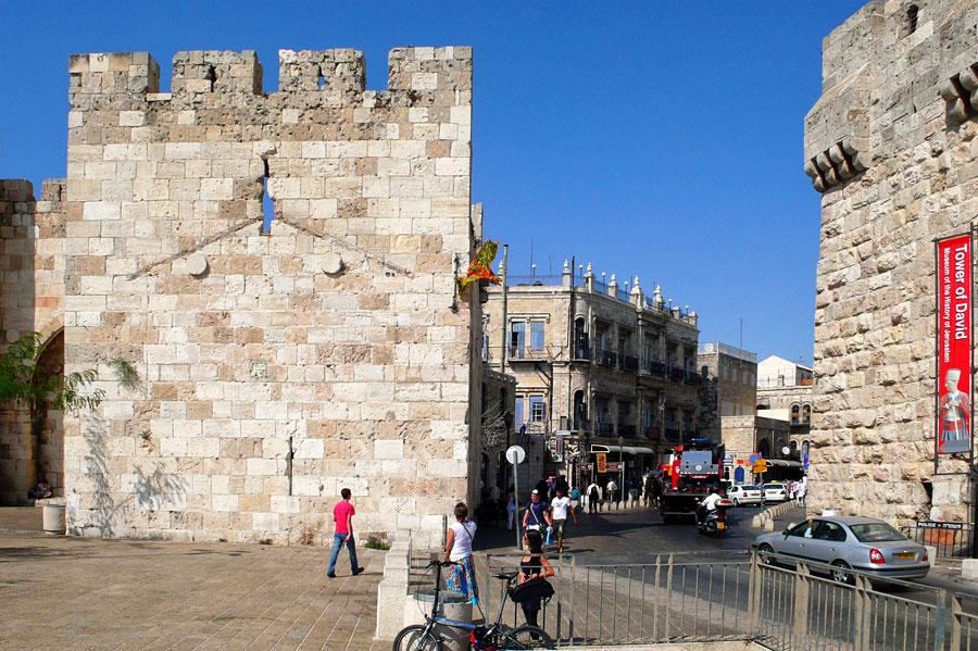 Öffnung rechts neben dem Jaffator in Jerusalem. (© Matthias Hinrichsen)