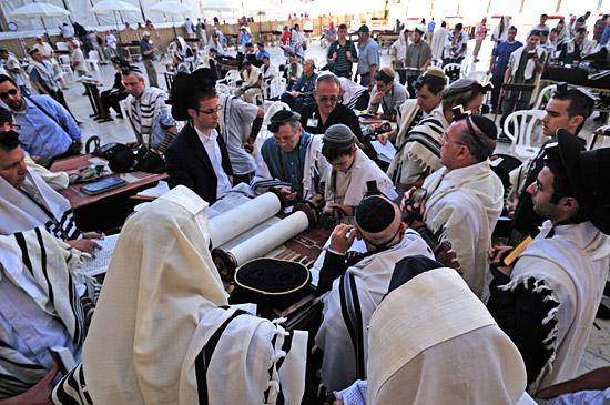 Religionen - Jüdische Gläubige zur Bar Mitzwa-Feier an der Westmauer.  (© Matthias Hinrichsen)
