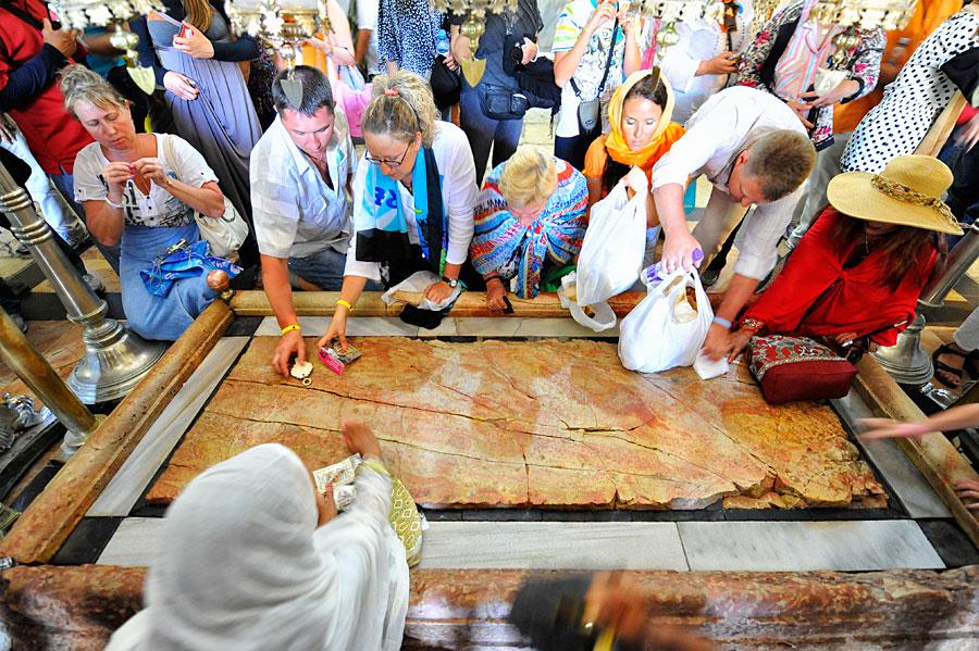 Zahlreiche Besucher berühren den Salbungsstein, manche beten, andere weinen. (© Matthias Hinrichsen)