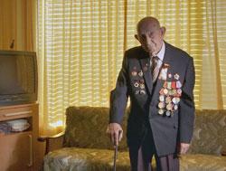 Wolf Oulfski, 98 Jahre alt, hat die Blockade von Leningrad überlebt, bei der 900.000 Menschen verhungert sind. Für ihn ist es unverständlich, wie heute, nach den Erfahrungen des Zweiten Weltkriegs, in dem 50 Millionen Menschen getötet wurden, noch Krieg als Mittel, ein Ziel zu erreichen, in Erwägung gezogen werden kann. (© ZDF und Jörg Jeshel)
