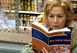 """Marlene (Hannelore Elsner) versucht, auf die Schnelle """"jüdisch"""" zu werden. Der orthodoxe Bruder von Jaeckie Zucker (im Hintergrund, Henry Hübchen) hat seinen Besuch angekündigt. (alle Bilder: © ZDF und WDR; X Filme)"""