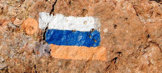 Die Farben symbolisieren den Schnee der Hermonregion, das Blau des Wassers (Mittelmeer und Seen) und das Orange der Wüste. (© Matthias Hinrichsen)