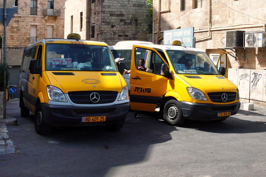 In einer Stichstraße zur Yafo Straße in Jerusalem ist ein weiterer Sammelplatz für Sherut. (© Matthias Hinrichsen)