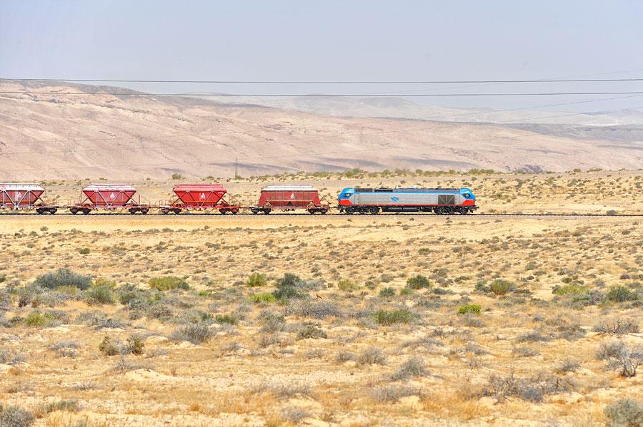 Güterzug mit EURO 4000 in der Negev Wüste, Israel. (© Matthias Hinrichsen)
