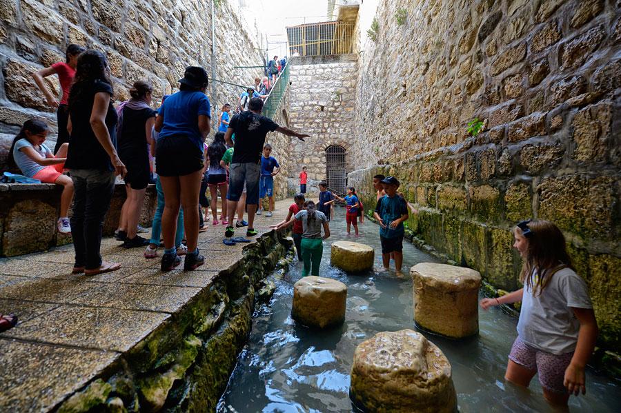 Der Hiskija-Tunnel mündet in den Siloah-Teich, der bei Kindern sehr beliebt ist. (© Matthias Hinrichsen)