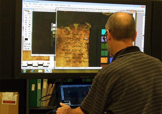 Ein Geschenk der Leon Levy Stiftung: die Digitalisierung aller 900 Qumran-Manuskripte. (Foto: IAA)