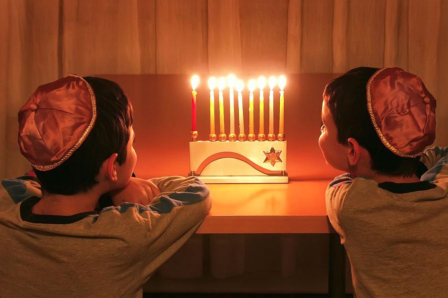 Der 8-flammige Leuchter - die Hannukia - wird nur an Chanukka verwendet. (© Howard Sandler)
