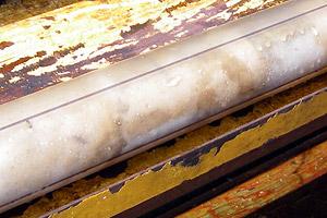 Der erste Bohrkern: zu erkennen ist die dicke Salzschicht, die den Boden des Toten Meeres bildet. (Foto: Deutsches GeoforschungsZentrum, ICDP)
