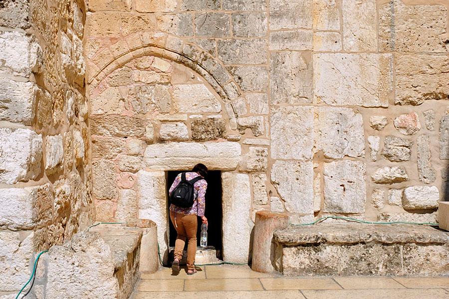 Der Haupteingang der Geburtskirche ist sehr niedrig.