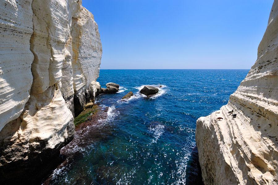 Trotzig stellen sich die Kalkfelsen bei Rosh Hanikra seit Jahrtausenden den Wellen des Mittelmeeres entgegen. (© Matthias Hinrichsen)