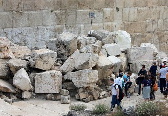 Tischa Beav - Gedenken an Tempelzerstörung: Diese Steine wurden von römischen Soldaten 70 n. Chr. aus der Westmauer herausgerissen. (© Bastian Glumm)