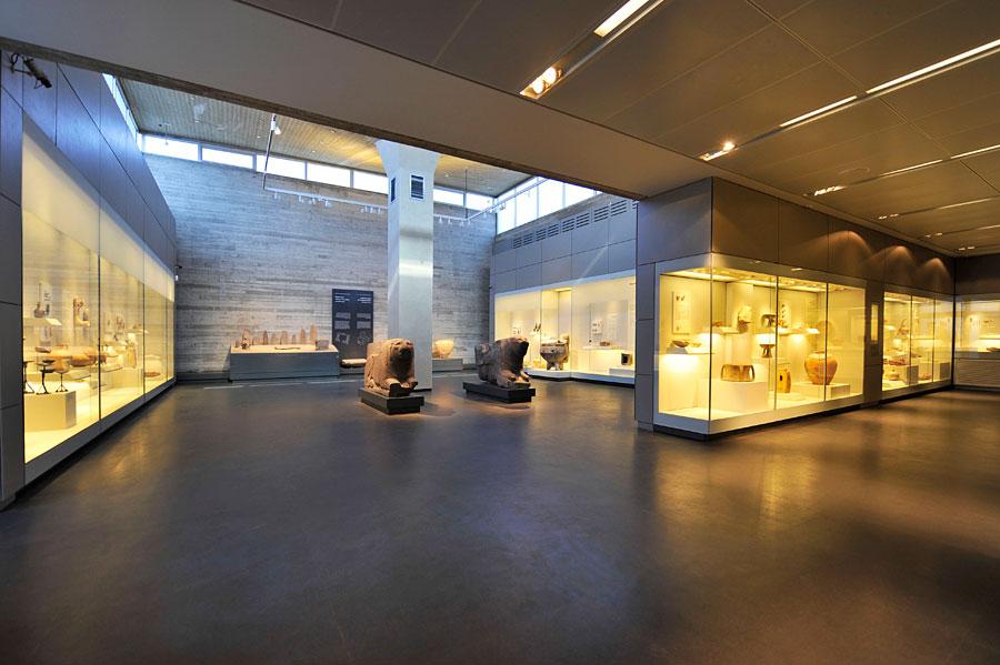 Großzügig gestaltete Räume im Israel Museum lassen dem Besucher genügend Raum für einen entspannten Aufenthalt. (© Matthias Hinrichsen)