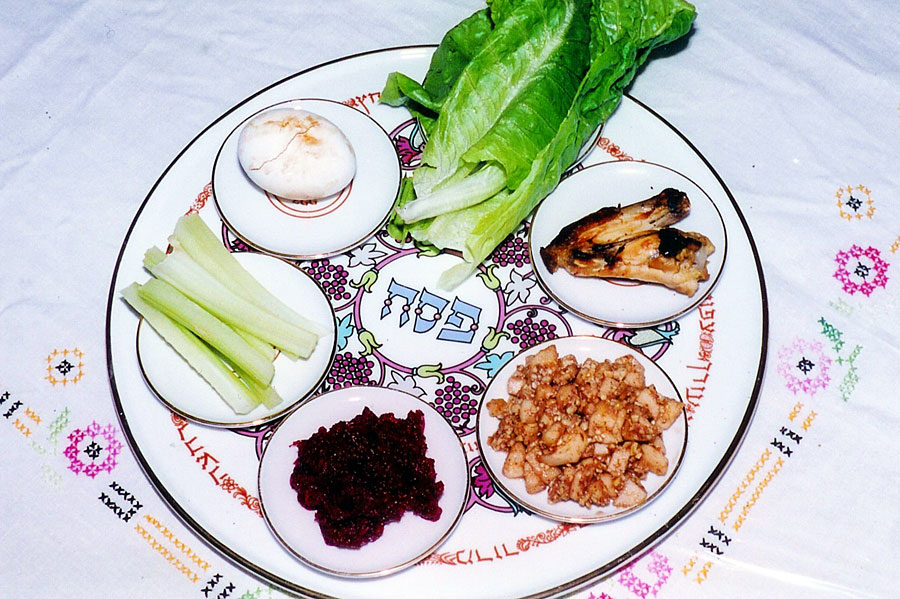 Am Sederabend wird ein Sederteller mit sechs verschiedenen Speisen serviert. (© Yoninah/Wikipedia CC BY 2.5)