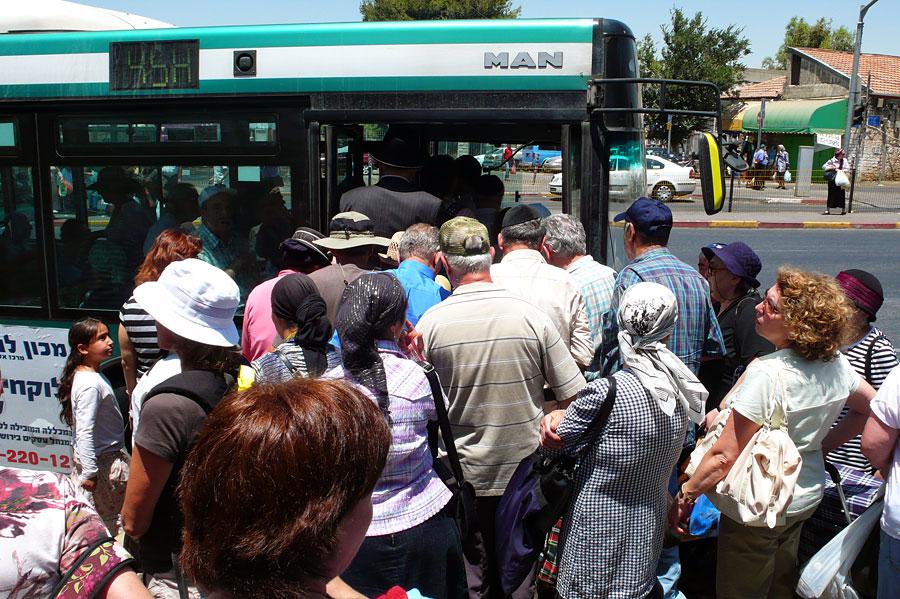 """Bus fahren in Jerusalem bedeutet """"Gedränge satt"""". (© Matthias Hinrichsen)"""