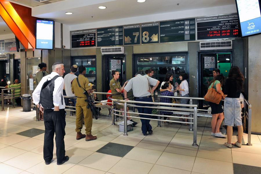Wartebereich für Überlandbusse im Jerusalemer Busbahnhof im dritten Obergeschoss. (© Matthias Hinrichsen)