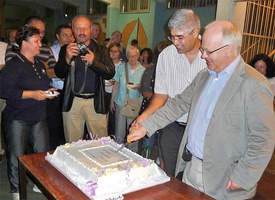 """Feierlicher Anschnitt des offiziellen Geburtstagskuchens """"100 Jahre Baptisten in Israel"""". (© BEFG)"""