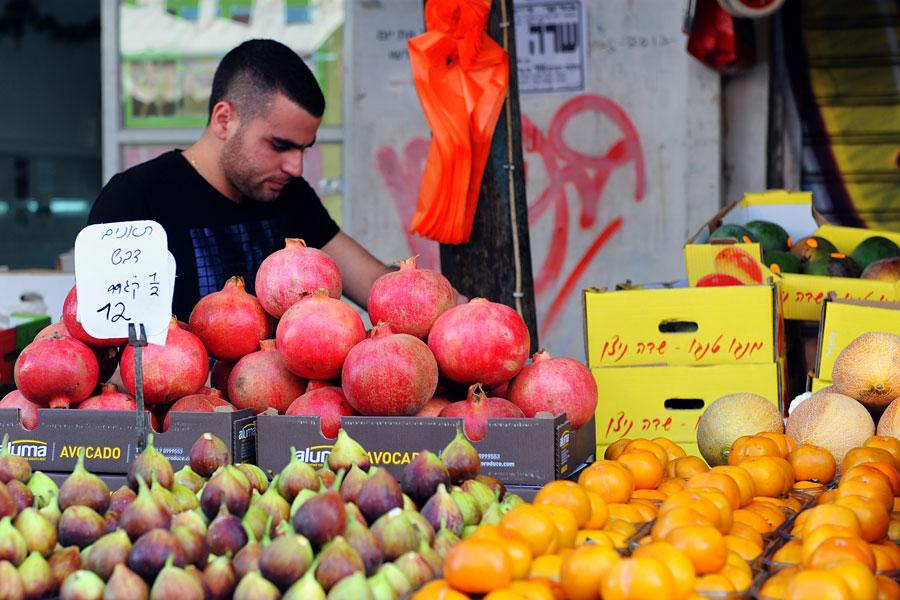 Granatapfel-Verkäufer auf dem Carmelmarkt in Tel Aviv. (© Matthias Hinrichsen)