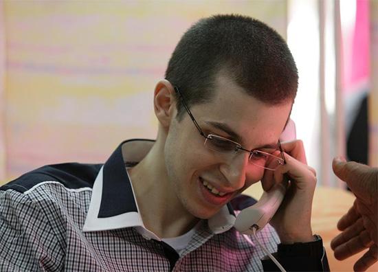 Gilad Schalit nach der Freilassung während eines Telefonats mit seiner Familie. (© IDF)