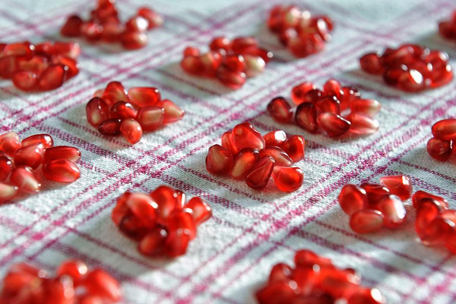 Die roten Fruchtkörper vom Granatapfel enthalten einen großen Anteil an Eisen. (© Matthias Hinrichsen)