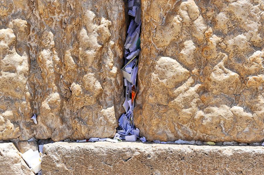 Unzählig viele Gebetszettel werden täglich in die Spalte der Klagemauer gesteckt. (© Matthias Hinrichsen)