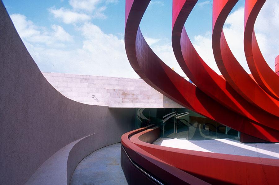 Das Design Museum Holon - die Stahlbänder. (© Yael Pincus/DMH)