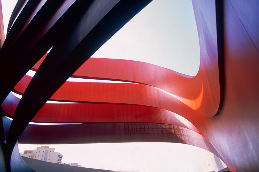 Das Design Museum Holon - Innen-/Außenansicht. (© Yael Pincus/DMH)