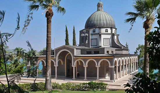 Die Kirche wurde 1937 aus schwarzem Basalt und weißem Kalkgestein errichtet. (© Matthias Hinrichsen)
