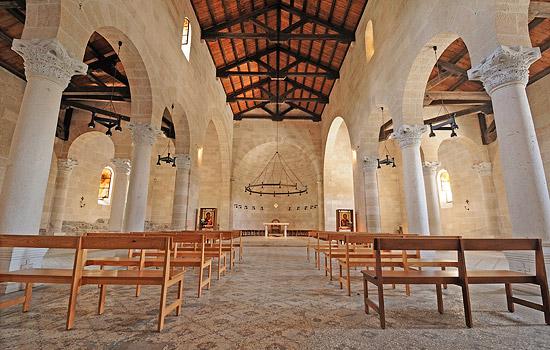 Im Inneren der Brotvermehrungskirche in Tabgha. (© Matthias Hinrichsen)