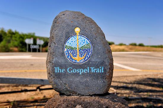 Logo des Gospel Trail auf einen Stein. (© Matthias Hinrichsen)