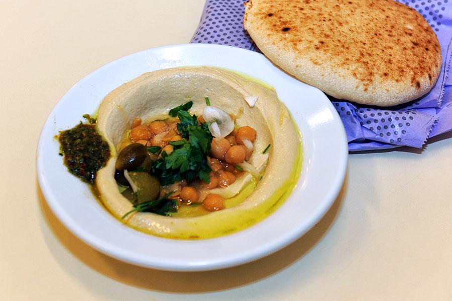 Perfekter Hummus auf dem Carmelmarkt. (© Matthias Hinrichsen)