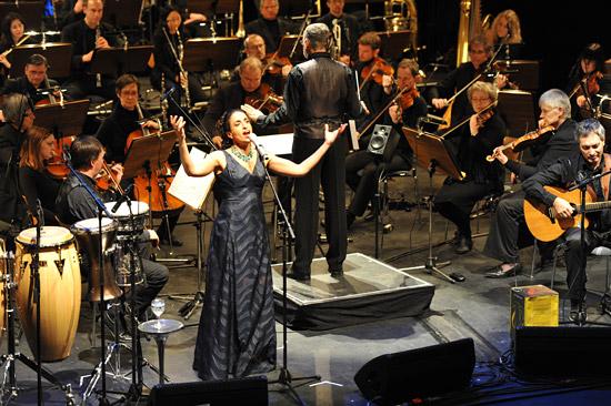"""Noa begeisterte das Publikum beim ersten Konzert der Konzertreihe """"Sounds of Israel"""" in Hamburg. (© www.israelmagazin.de)"""