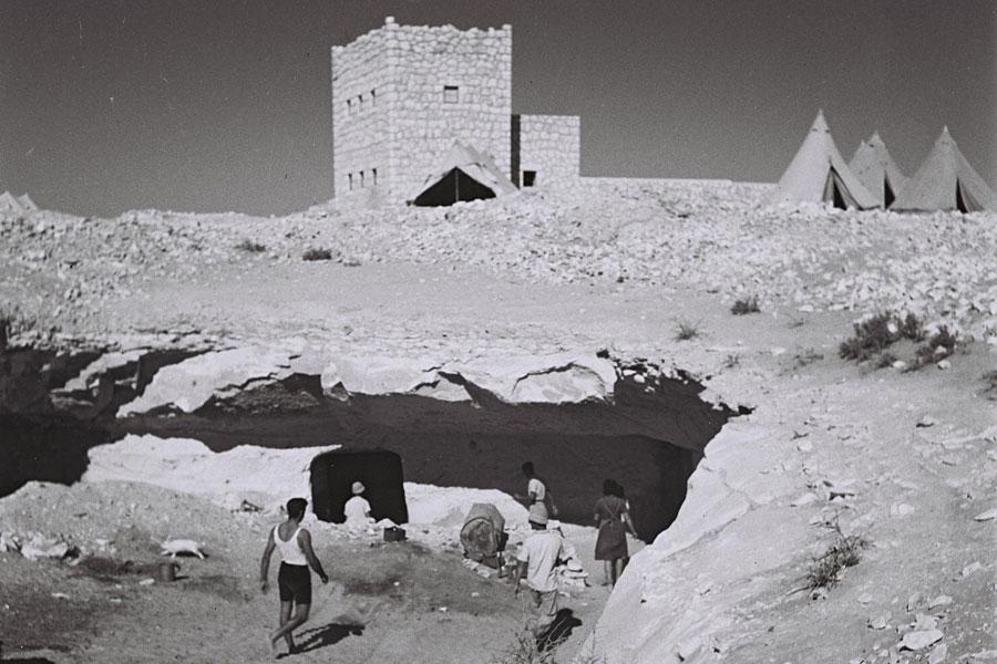 Der Kibbuz Revivim im Gründungsjahr 1943 mit Höhlen und Zelten als Unterkünfte. (© Zoltan Kluger/GPO)