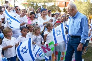 Präsident Shimon Peres zu Feierlichkeiten des 70-jährigen Bestehens des Kibbuz Revivim. (© Mark Neyman/GPO)