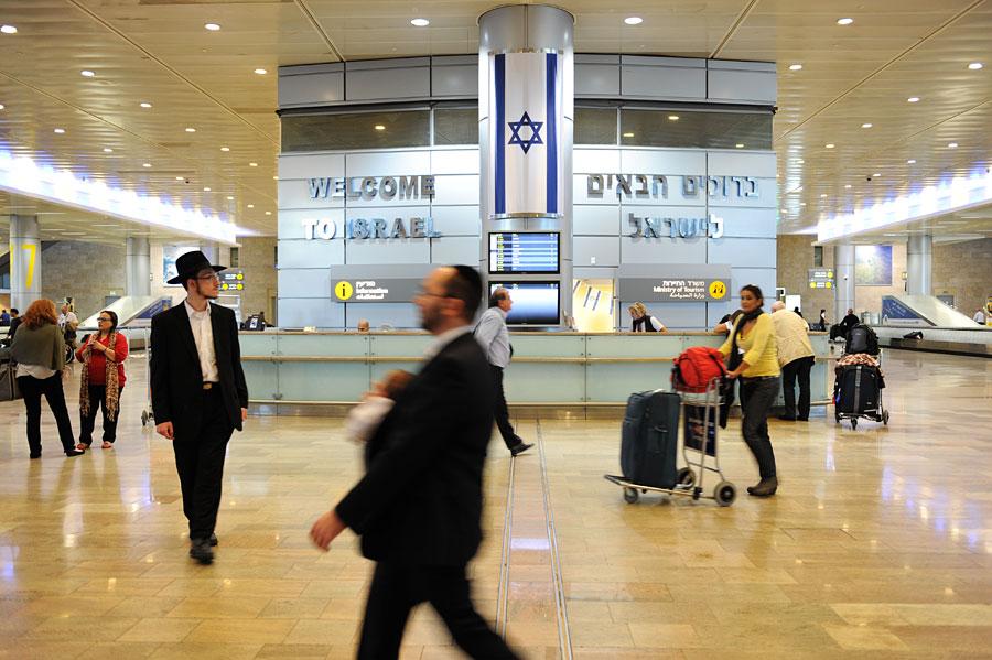 Gepäckausgabe und Tourismusinformation folgen nach der Passkontrolle auf dem Ben Gurion International Airport. (© Matthias Hinrichsen)