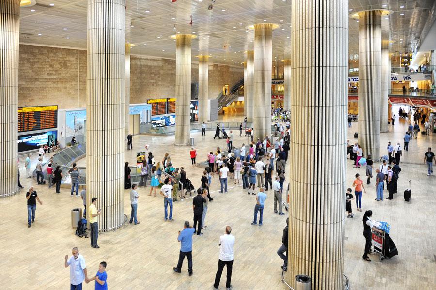 Die Ankunftshalle im Flughafen Ben Gurion mit den monumental anmutenden Säulen. (© Matthias Hinrichsen)