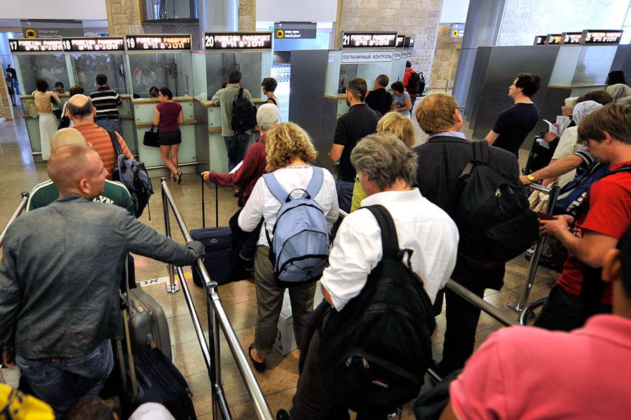 Passkontrolle bei der Einreise nach Israel im Ben Gurion International Airport Tel Aviv. (© Matthias Hinrichsen)