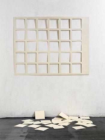 """""""Entropy"""", 2007: Geschnittenes Papier und ausgeschnittene Papierquadrate auf dem Boden, 120x180x70 cm, aus der Sammlung des Künstlers. (© Israel Museum Jerusalem)"""