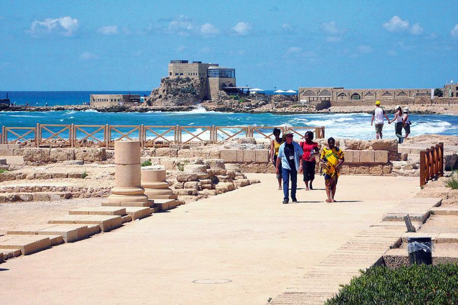 Das historische Caesarea am Mittelmeer bietet neben einer beeindruckenden Ausgrabungsanlage mit großer Arena eine sehr schönes Strandpromenade. (© Matthias Hinrichsen)