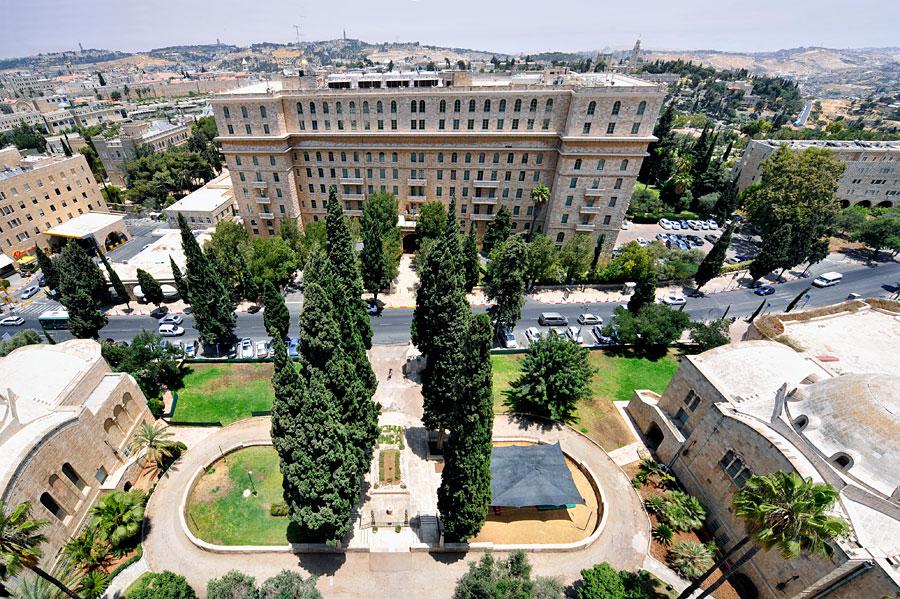 Hoch über dem noblen Nachbarn, dem King David Hotel, erhebt sich der Turm des YMCA in Jerusalem. (© Matthias Hinrichsen)