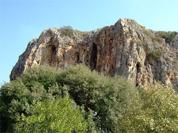 Charakteristischer Höhlenfelsen im Naturpark Nahal Me'arot. (© INPA)